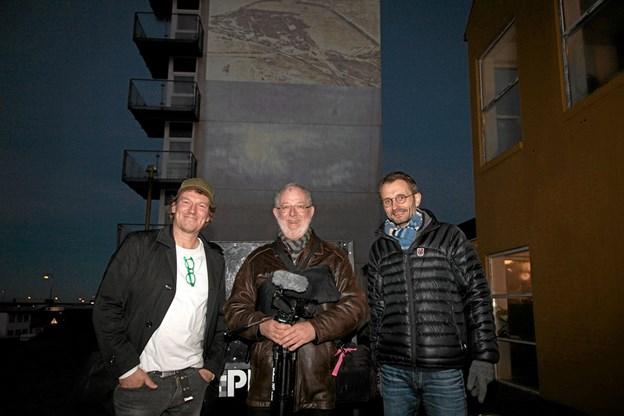 Tao Lytzen, Per Christensen og Boe Larsen foran filmen der belv projiceret op på Hotel Hirtshals. Foto: Peter Jørgensen Peter Jørgensen
