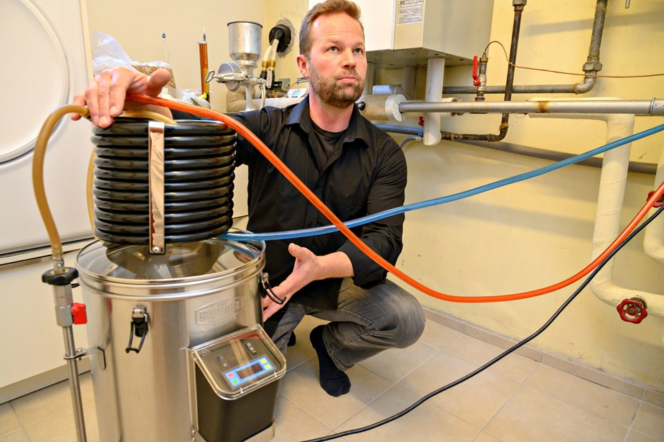 Hjort Beer Aps. er et såkaldt kontraktbryggeri, og Carsten Hjort Bjerre brygger alle sine specialøl på Randers Bryghus efter først at have gjort alt forarbejdet hjemme i villakælderen i Nørresundby. Foto: Kurt Bering