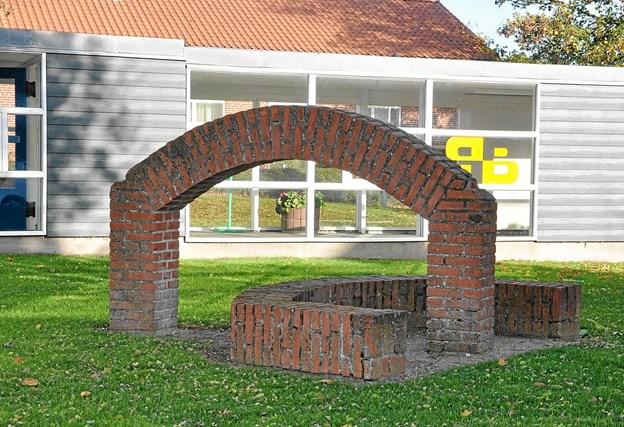 Mogens Otto Nielsens murskulptur. Det var oprindeligt tanken, at de gamle mursten fra den gamle mur skulle genbruges, men de viste sig at være alt for skøre, så man måtte bruge nye mursten i stedet. Foto: Ole Torp Ole Torp