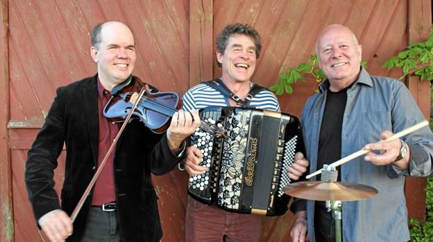 De tre garvede musikere Klaus Pindstrup, Stefan Groot og Klaus Thrane er de faste musikalske værter i Musikbutikken, som 23. september kommer til Arden. Privatfoto