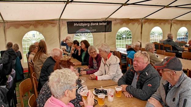 Der blev hygget og snakket i teltet. Foto: Hans B. Henriksen Hans B. Henriksen