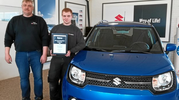 Suzuki Bilimport Danmark A/S overrækker diplom for ekstraordinær god kundeservice til Palle Larsen (t.h.) fra Bøje Larsen A/S. Privatfoto