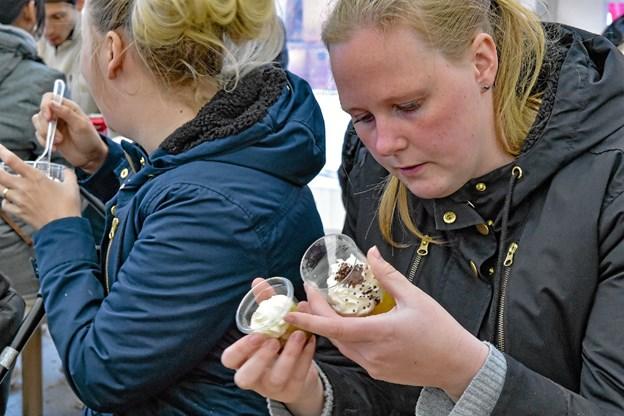 Hvad mon der er i æblekagen... Foto: Ole Iversen Ole Iversen