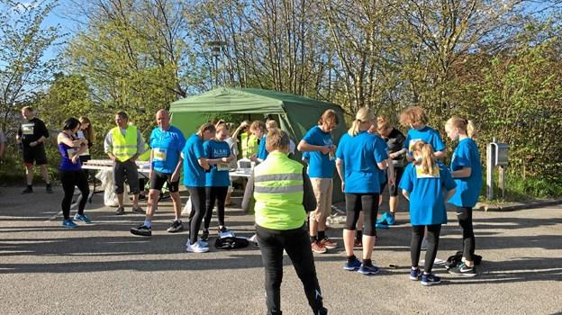 Fra Landsbyløbet i Aalbæk i 2018. Deltagerne i gang med at få sat deres løbenummer på tøjet. Foto: Tina Himmelstrup