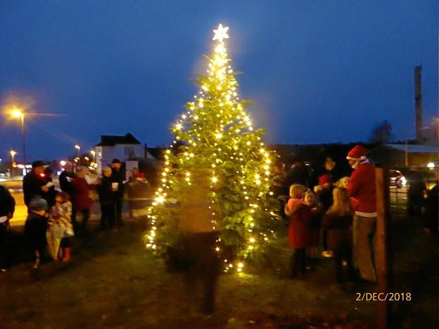 Juletræet er tændt også i Tranum.Privatfoto