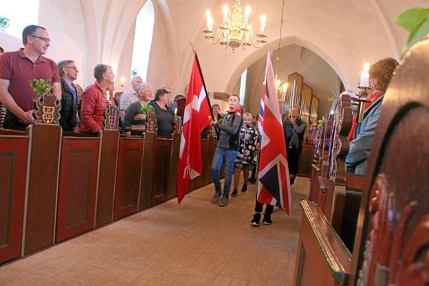 Spejderne bar Dannebrog og Union Jack ind i Aarestrup Kirke til tonerne af Prins Jørgens March. Privatfoto
