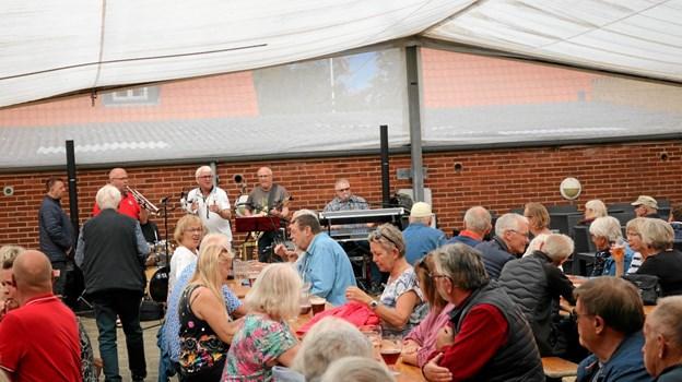 Burholt & Co helt i symbiose med publikum under deres tre timers optræden i Lanternens gård. Foto: Tommy Thomsen Tommy Thomsen