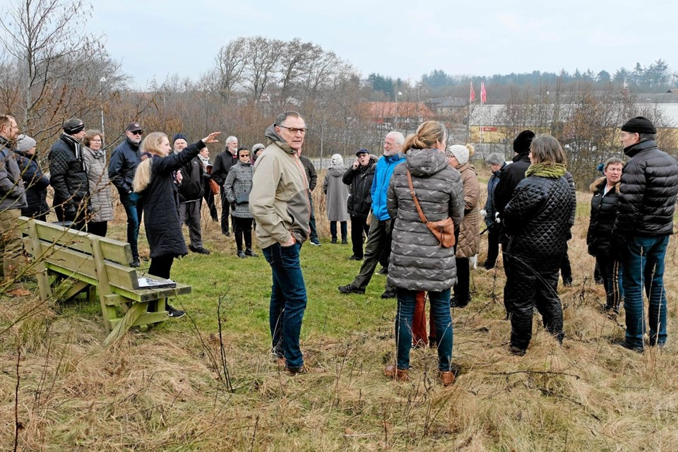 På Kirkebakken fortalte Sofie Dybro, at her kunne der etableres en dyrefold med henblik på afgræsning af området samt en bålplads med borde/bænkesæt. Foto: Niels Helver Niels Helver