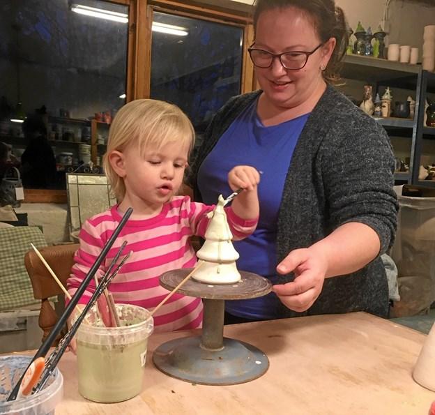 Clara på to år var i keramikværkstedet hos Brammer sammen med sin mor Charlotte Hjorth Hansen og faster Ditte Skøttrup Larsen - og Clara var koncentreret om opgaven. Privatfoto