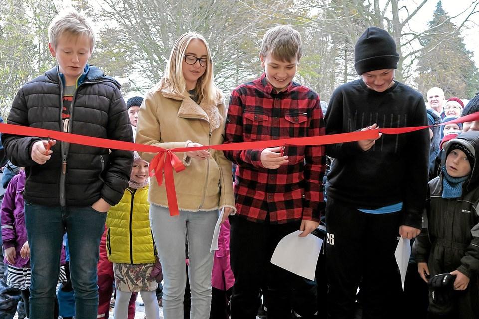 Konfirmanderne Morten, Julie, Niklas og Mike klippede den røde snor. Lea var også med, men hun ville ikke fotograferes. Foto: Niels Helver