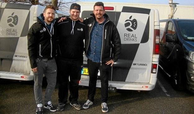 Tobias Reckeweg i midten sammen med ejerne Jens Dilling (t.h.) og Christian Dilling (t.v.) fra Real Drinks. Foto: Rebild Produktionsskole