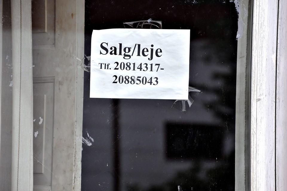 Løthvej 202 ejes af Projektudvikling Århus, men de to mobilnumre i et af husets vinduer tilhører Boligselskabet Kjellerupvej ApS. Selskabet blev stiftet efter Låsby-Svendsens konkurs med hans samlever i direktionen, og det er under tvangsopløsning. Foto: Bent Bach