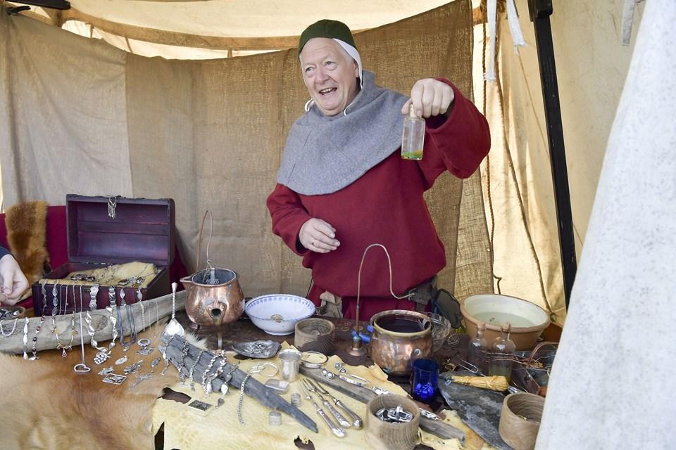 Alkymisten alias tidligere guldsmed Tonny Østergaard tryllede kobbermønter om til 'guld' ved hjælp af en hemmelig opskrift. Foto: Bente Poder