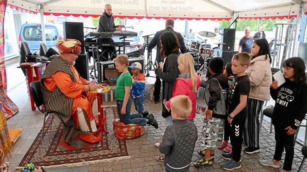 Ali Baba fra ørkenlandet gav sig tid til at skrive autografer efter børneforestillingen, mens bandet Pure Drunks riggede scenen til.