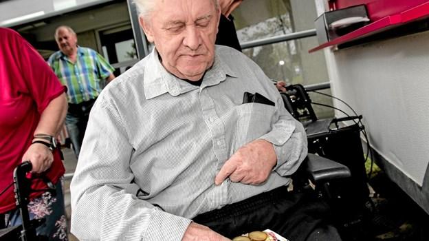 Ivan Nielsen var den første beboer der fik en hotdog. Foto: Peter Jørgensen Peter Jørgensen