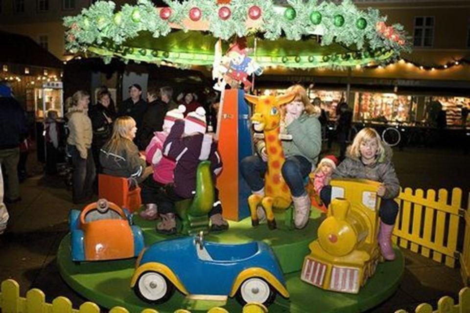 Karusseltur til børnene og popcorn til alle. Sæby Handelsstandsforening hyggede om kunderne. Foto: Kim Dahl Hansen