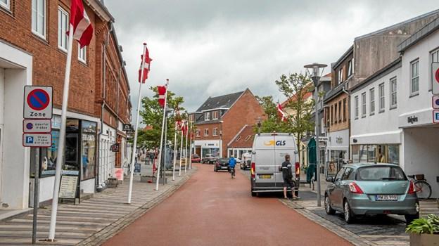 Blæsende udsalgsstart torsdag, hvor flagene var hejst i hele hovedgaden. Foto: Mogens Lynge