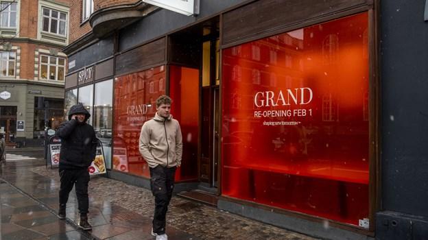 Vinduerne har været dækket til i forbindelse med renoveringen - men i morgen, fredag, åbner butikken igen. Foto: Lasse Sand