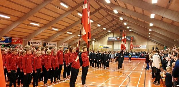 Faneindmarch i forbindelse med fredagens efterskoleopvisning i Valsgaard Hallen.  Privatfoto