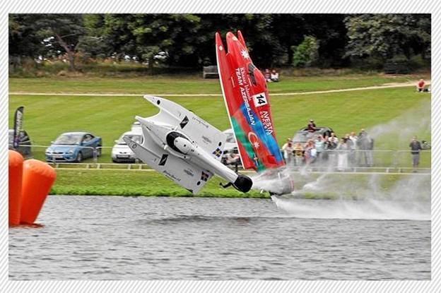 Det ser helt vildt og voldsomt ud, når de ultralette powerboats crasher og slår saltomortaler. Foto: Anders Bak Rasmussen
