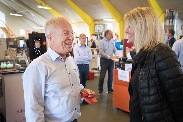 De er kolleger i byrådet og ikke altid enige, men denne dag var det byens borgmester Birgit Hansen, der besøgte en af kommunens værdsætte erhvervsfolk. Foto: Hans Ravn