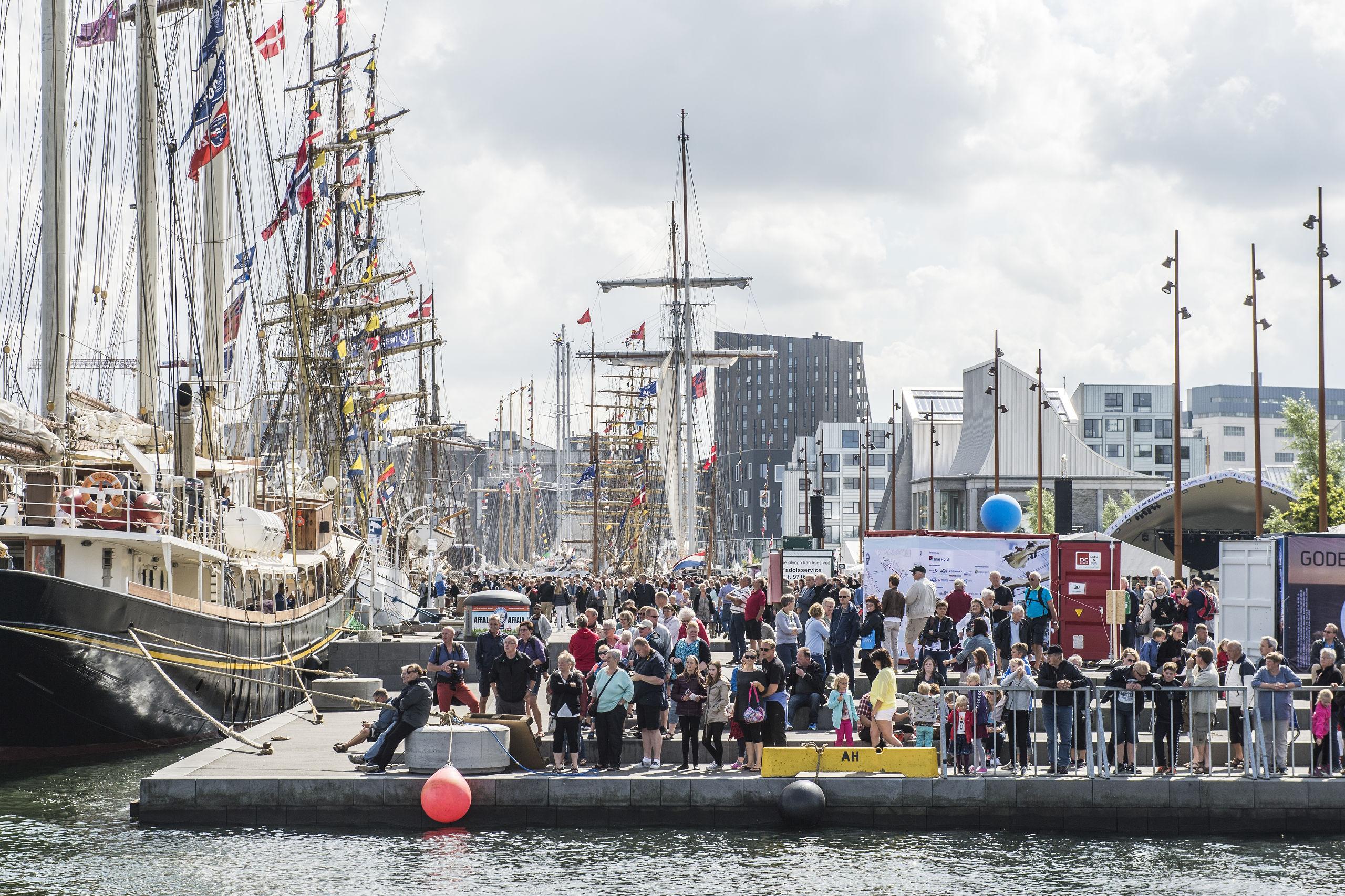 Publikum forventes at strømme til i mega stort tal - som her i 2015 - når Aalborg om kort tid får besøg af ca. 90 sejlskibe fra over 30 forskellige nationer. Arkivfoto: Laura Guldhammer