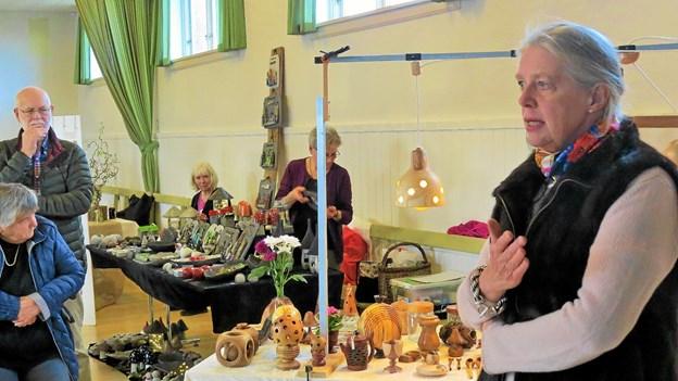 Allis Helleland udtrykte respekt for for det gode kunsthåndværk. Foto: Kirsten Olsen Kirsten Olsen