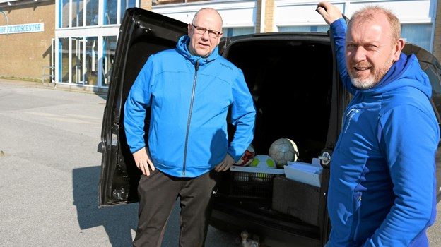 Rene Nielsen og Lars K. Nielsen arbejder utrætteligt for at støtte Knæk Cancer. Lørdag den 27. april har de som et nyt initiativ arrangeret bagagerumsmakred på p-pladsen foran Sæby Fritidscenter. Foto: Tommy Thomsen