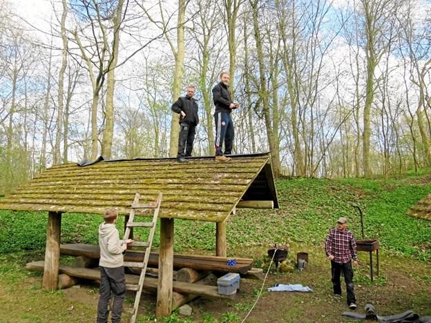 Et fast årligt programpunkt i Gerding er forårsklargøringen af bålhytten på fællespladsen. Privatfoto