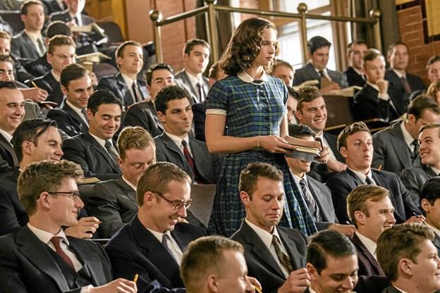 Ruth Bader Ginsburg i en scene, der karakteriserer hendes virke som jurist – midt i en mandsdomineret verden. Hun spilles i filmen af Felicity Jones. Foto: Hans Jørgen Callesen