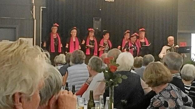 Syngepigerne fra Tårs indtog scenen. Privatfoto: ÆldreSagen