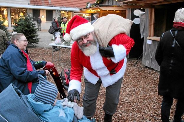 Julemanden- alias Peter Skriver - gjorde et godt indtryk på børnene. Foto: Hans B. Henriksen Hans B. Henriksen