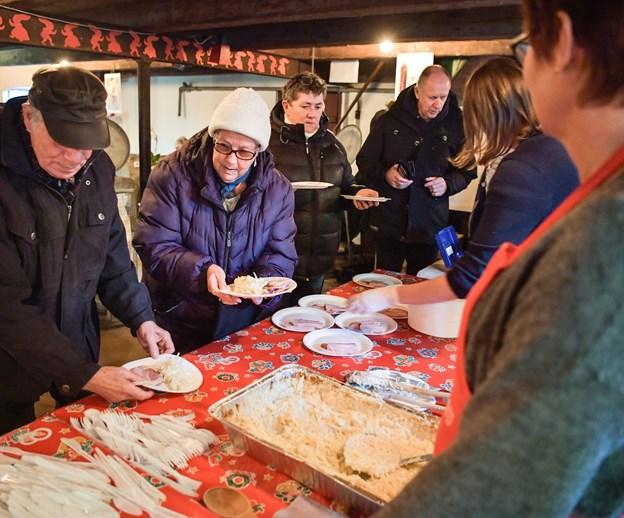 Der er stærke traditioner forbundet med Kål i Kælderen og igen i år troppede mange op for at få den helt rigtige smag af jul med sig hjem inden den 24. december. Foto: Claus Søndberg Claus Søndberg