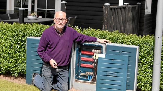 Jørn Lassen åbner et af elforsyningens målerskabe. ?Foto: Martin Glerup