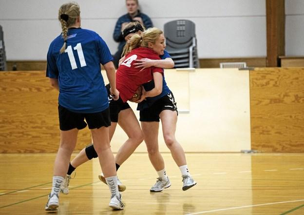 Øster Brønderslev i blåt havde godt tag på Ulsteds serie 4-kvinder. Foto: Allan Mortensen