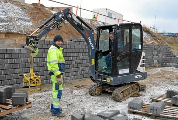 Entreprenørfirmaet Carsten Kristensens folk er i fuld gang med at færdiggøre p-pladserne på Lindalsvej ved Hadsund Midtpunkt. Foto: hhr-freelance.dk