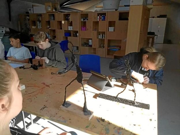Eleverne har arbejdet hårdt for at give deres smukke værker det helt rigtige udtryk. Privatfoto: Klim Friskole