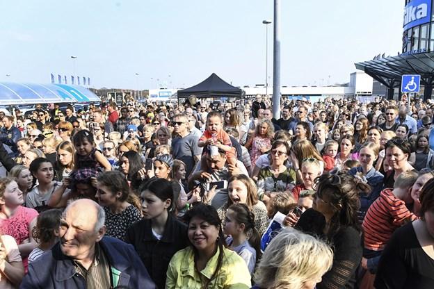 Masser af mennesker på den solfyldte p-plads