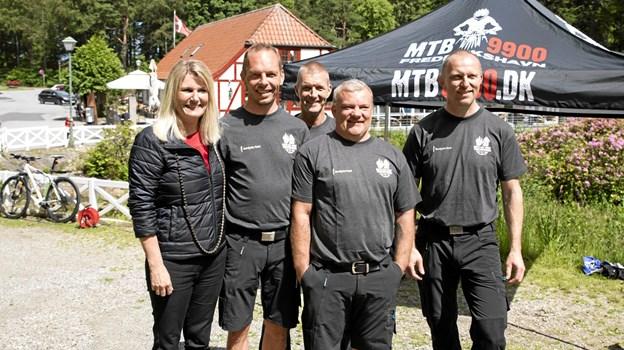 Birgit Hansen sammen med 4 af de mest aktive sporbyggere, Allan, Anders, Karsten og Danni. MICHAEL MADSEN  OCTOMEDIA