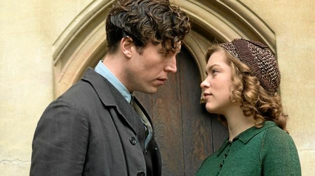 Røde Joan forelsker sig hovedkulds i den attraktive russiske sabotør, Leo.