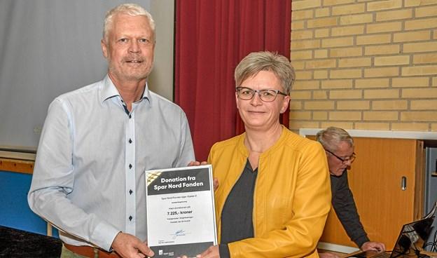 Jens Chr. Jacobsen fra Spar Nord har en donation med på kr. 7.225 fra Spar nord Fonden til hjælp til arrangementet, som her overrækkes til Dorte Kristensen. Foto: Mogens Lynge