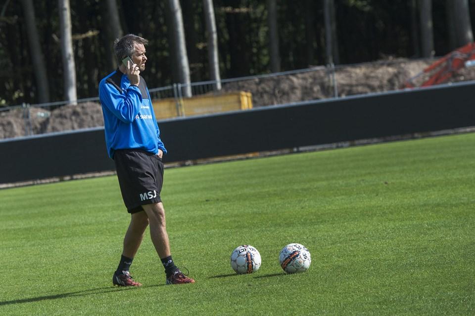 Sportschef Jens Hammer Sørensen har haft travlt med at tale i telefon de seneste dage. Foto: Laura Thomsen