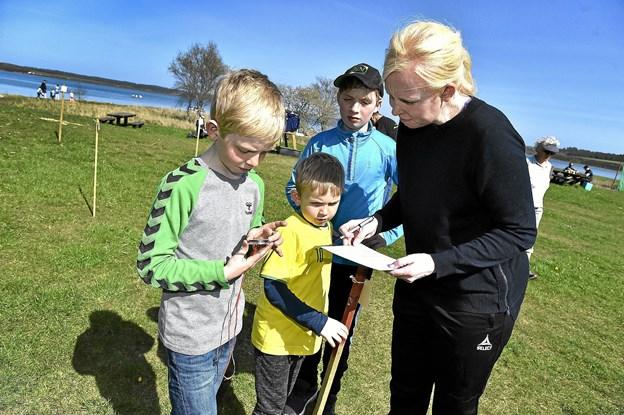 Line Fuglsang var på kompasjagt med børnene: Christian (grøn) og Rasmus (gul). Kammeraten Martinus Spanggaard var med. Foto: Ole Iversen