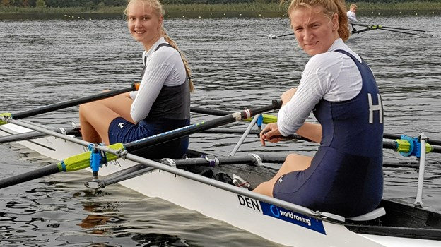 Fra venstre ses Liane og Ida med deres guld om halsen. Foto: Hadsund Roklub