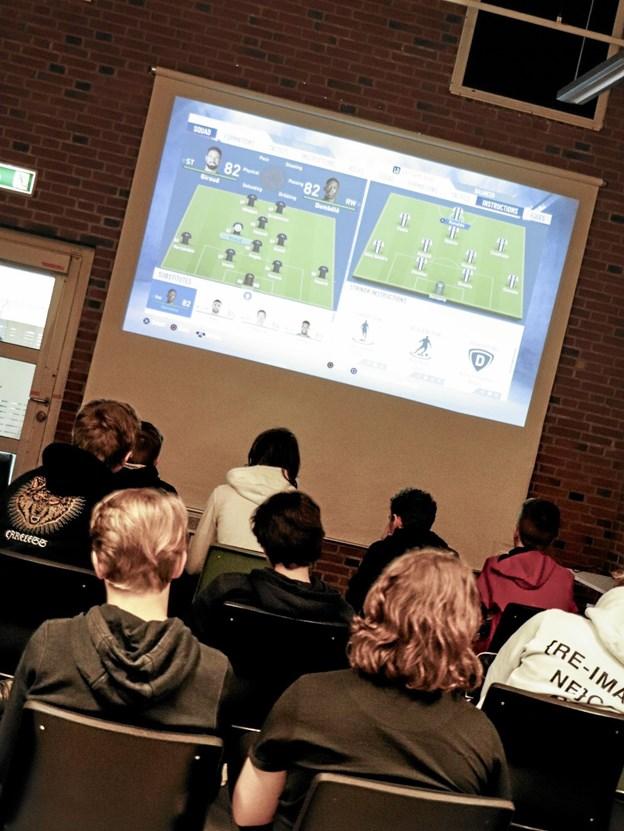 Der blev ikke sagt meget, når der blev spillet - fuld koncentration i aktivitetsrummet på Frederikshavn bibliotek. Foto: Frederikshavn Bibliotek/Sisse Sisse