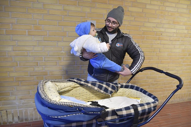 Mustafa Faouk Helwani er rigtig glad for muligheden for at låne en barnevogn til sønnen, som han går mange ture med.Foto: Bente Poder