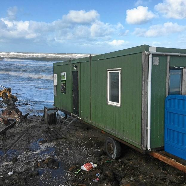 Cross Klub Nords rullende skurvogn stod pludselig nede på stranden, efter stormen Knud havde været på besøg. Privatfoto