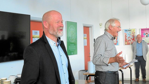 Højt humør gennem talerrækken. Her er det Løkkendrengen Johs Hansen, forfatteren og Stefan Karlborg. Foto: Kirsten Olsen