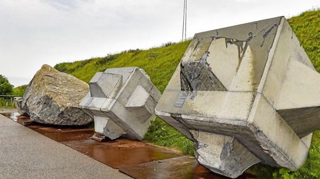 Blandt andet historien om at havneudvidelsen er lavet med 950.000 tons granit fra Norge og Sverige. De store granitsten (tv) vejer 22 tons og ville, hvis de blev fundet på en mark i Danmark, komme på listen over top 100 store sten i DK. Foto: Ole Iversen Ole Iversen