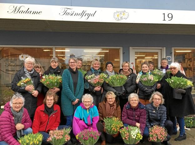 Her ses indehaveren af Madame Tusindfryd, Lilly Josefsen, omgivet af friske Lions-piger, der er klar til at køre ud med de farvestrålende tulipaner. Privatfoto.